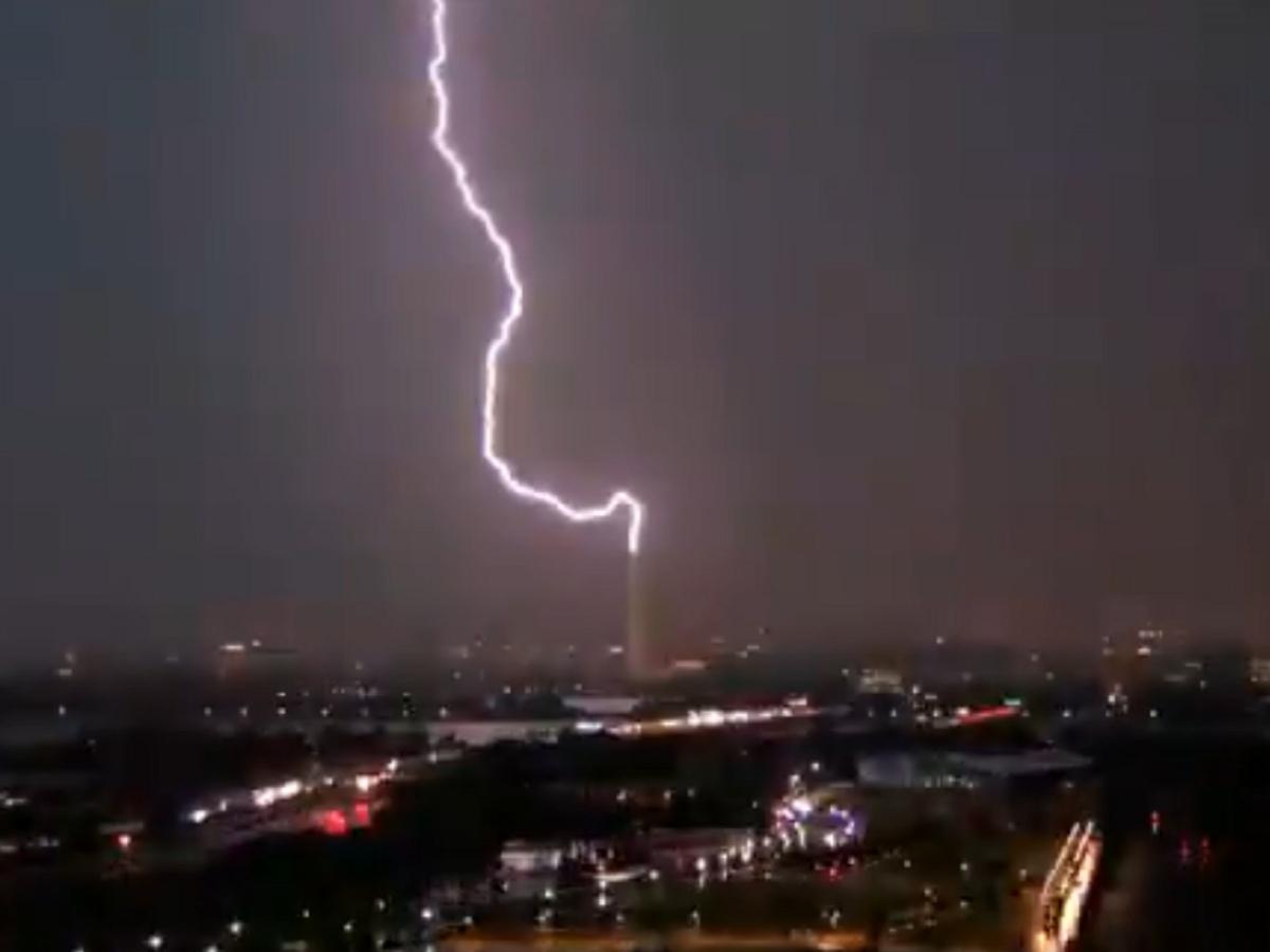 Удар молнии в верхушку монумента сняли в Вашингтоне