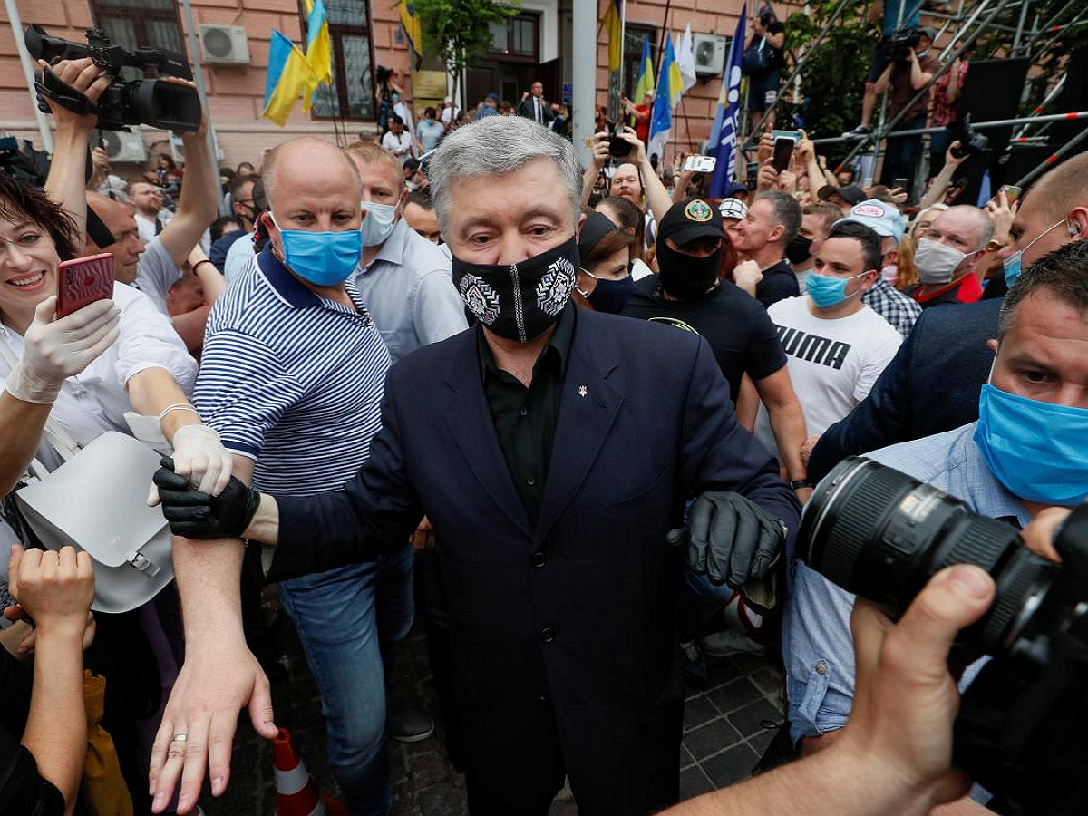 В центре Киева Порошенко облили зеленкой: опубликовано видео
