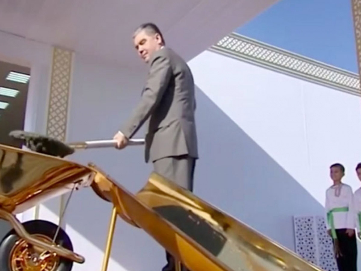 Президент Туркмении золотая лопата
