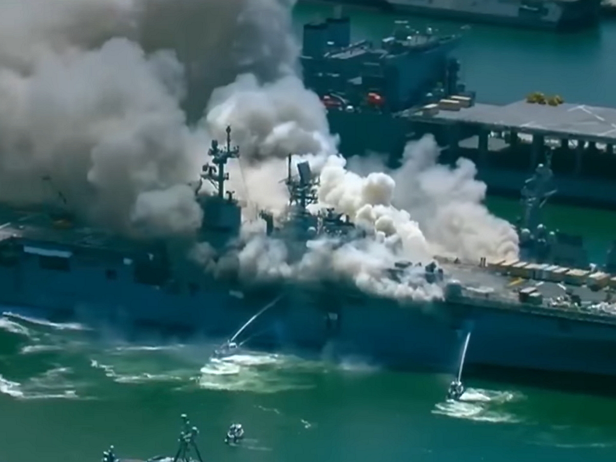 В США военнослужащий поджогом уничтожил боевой корабль ВМС США