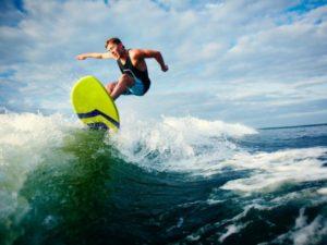 Канадский серфер покоряет волны, стоя на руках