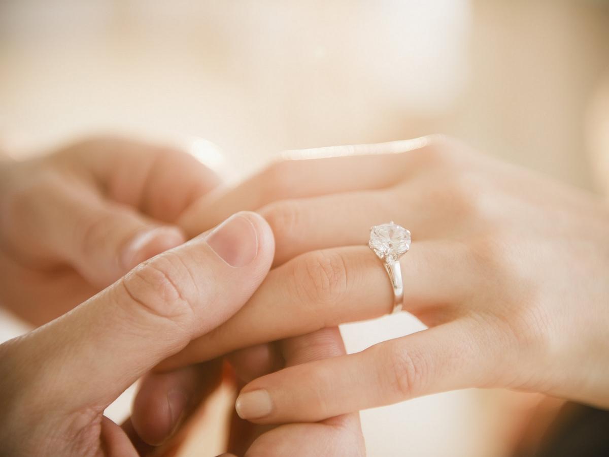 Девушка похвасталась помолвочным кольцом, не заметив позора на заднем плане