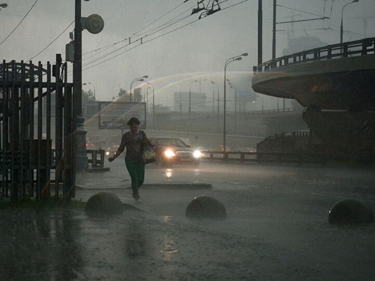 На Москву обрушился тропический ливень и шквалистый ветер: повреждены 24 автомобиля