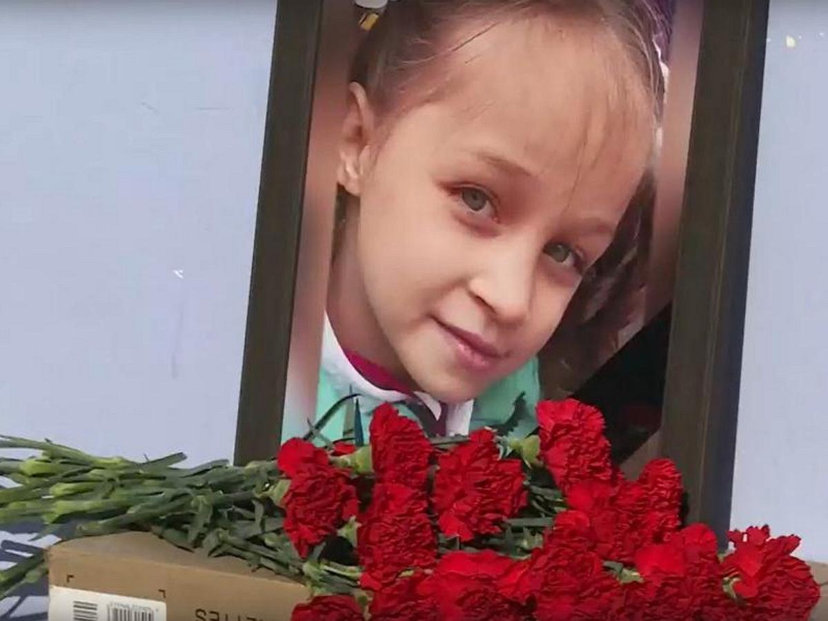 Дядя убитой в Тюмени девочки скончался у стихийного мемориала