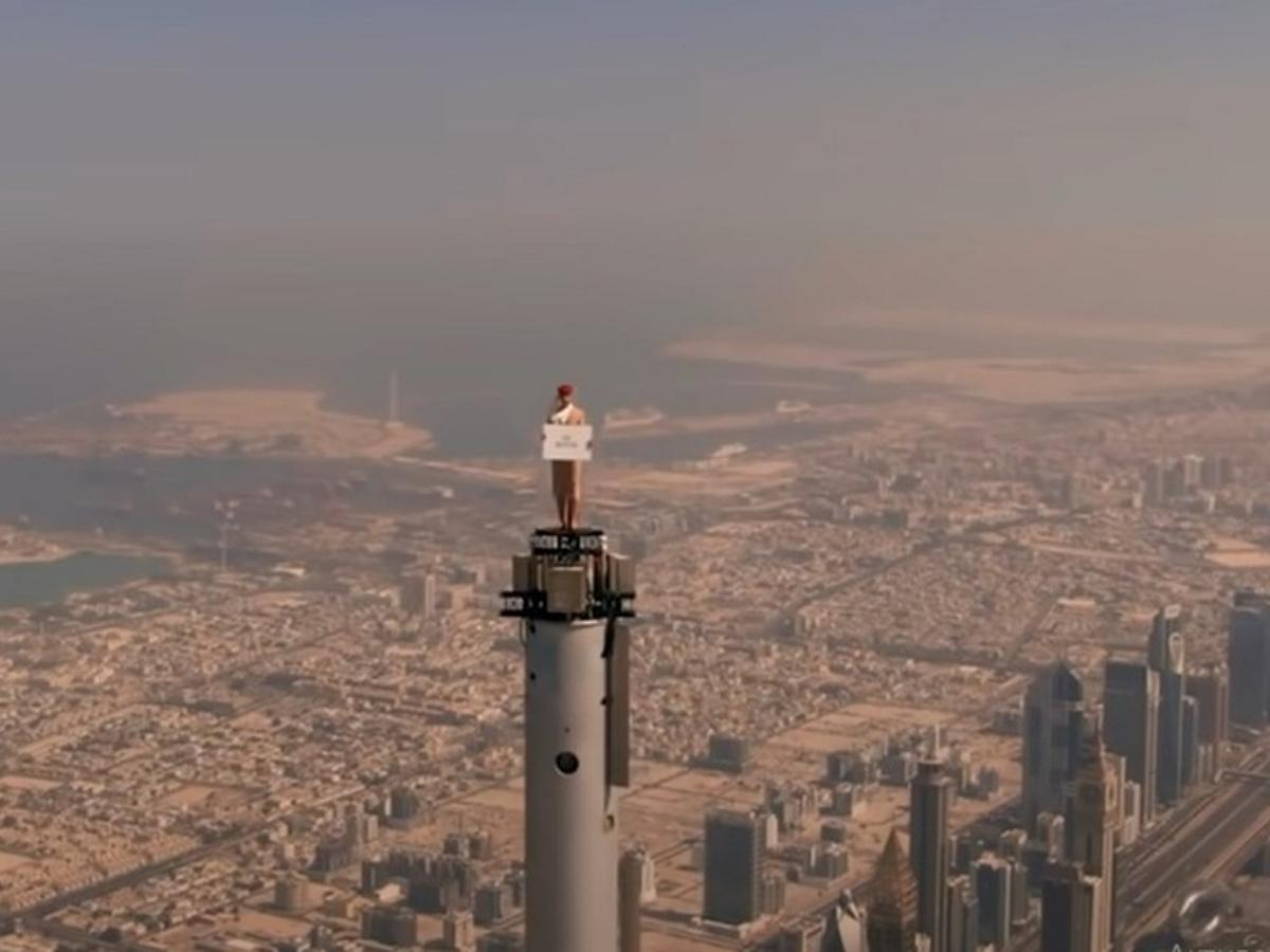 Авиакомпания сняла рекламный ролик, поставив девушку на шпиль самого высокого здания в мире