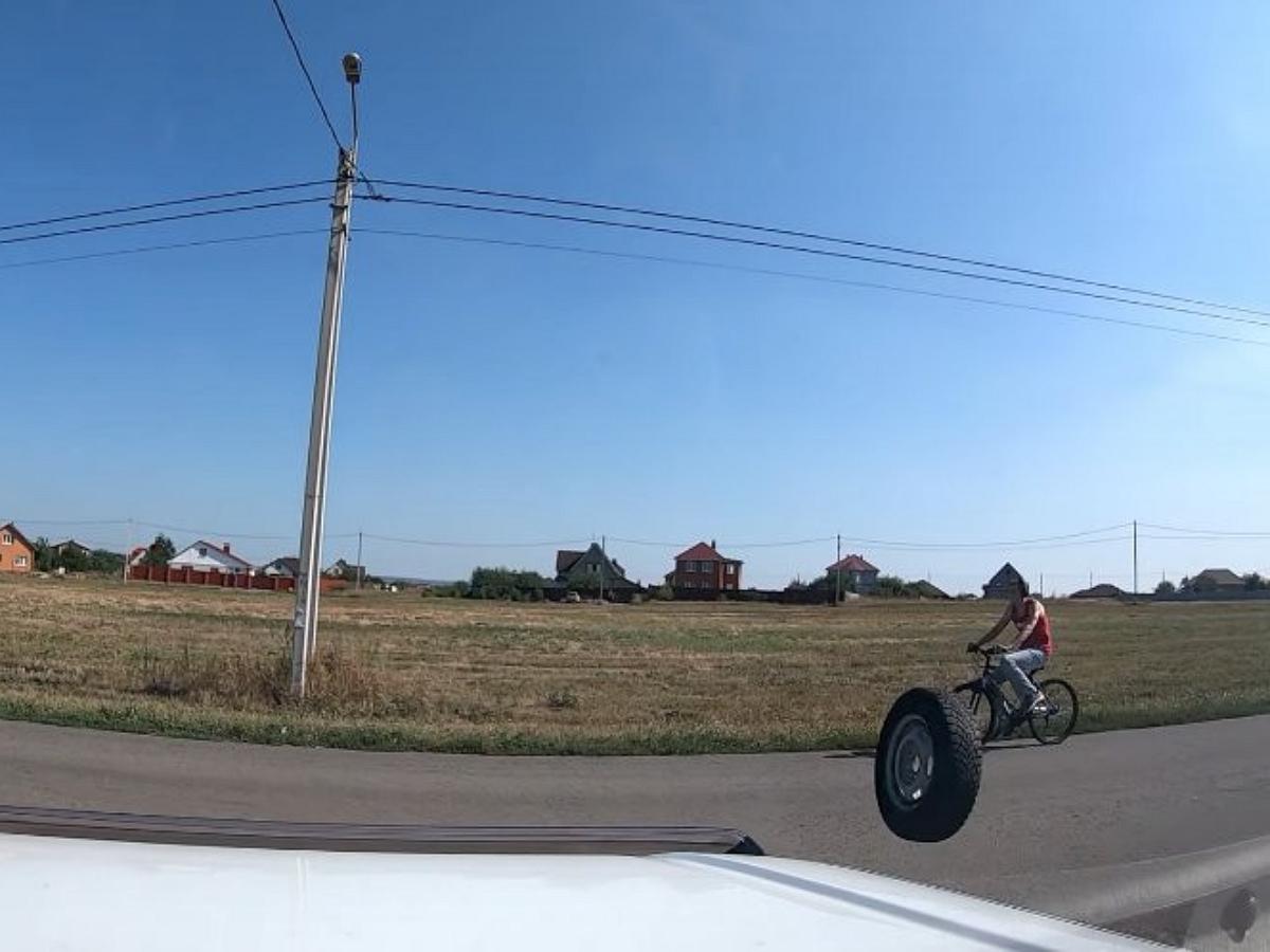 Велосипедиста сбило автомобильным колесом в свободном полете