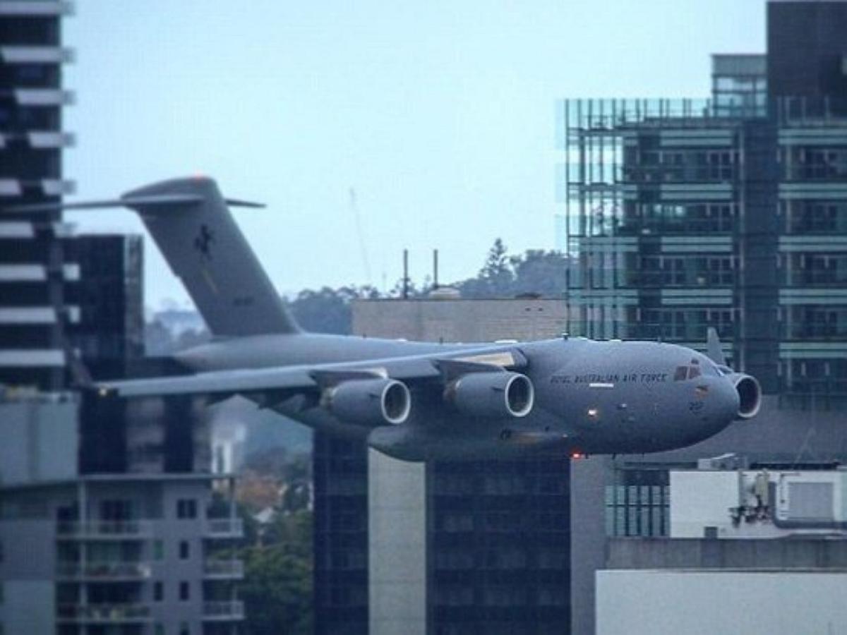 В Австралии военный самолет пролетел между домами на рекордно низкой высоте