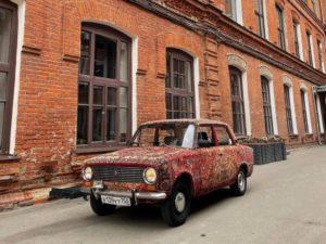 На улицах Москвы появилась машина, покрытая коврами
