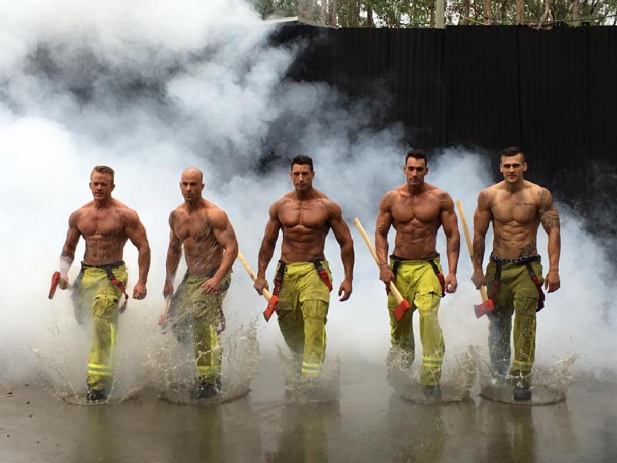 """Парень сбросил 25 килограммов, чтобы сняться для календаря с """"горячими пожарными"""""""
