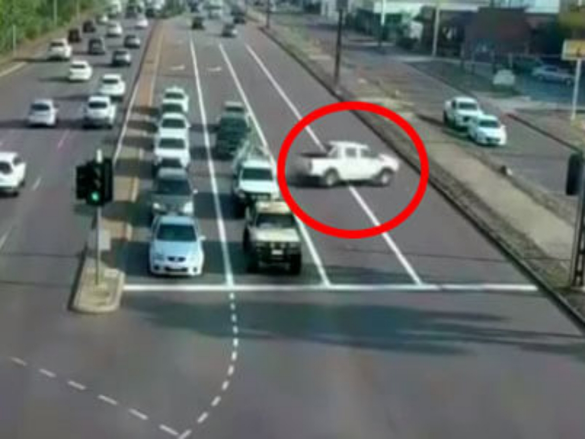 Автоледи пронеслась по трассе на неуправляемом пикапе не задев ни одной машины