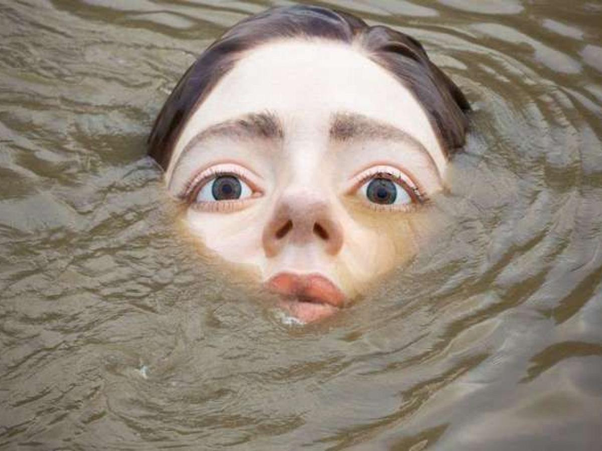 В Испании появилась огромная статуя утонувшей девушки