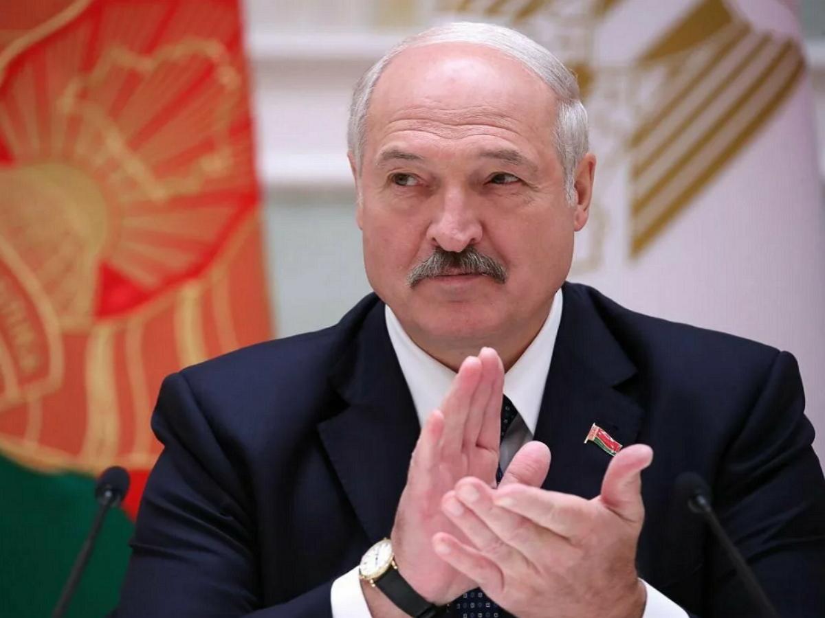 Лукашенко похвастался подаренной на день рождения картиной, где он «бегает с Колей с автоматом»