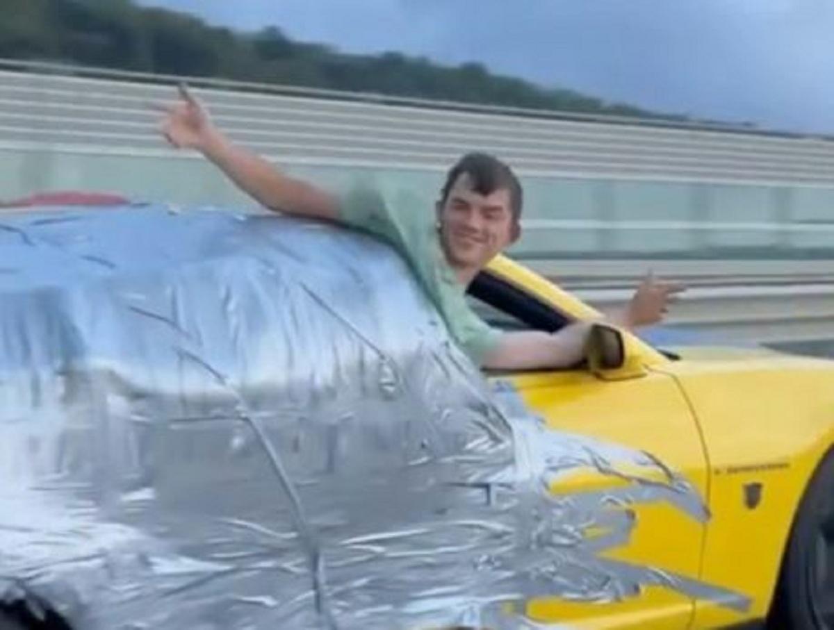 В Сочи блогера приклеили скотчем к спорткару и провезли на скорости 180 км/ч