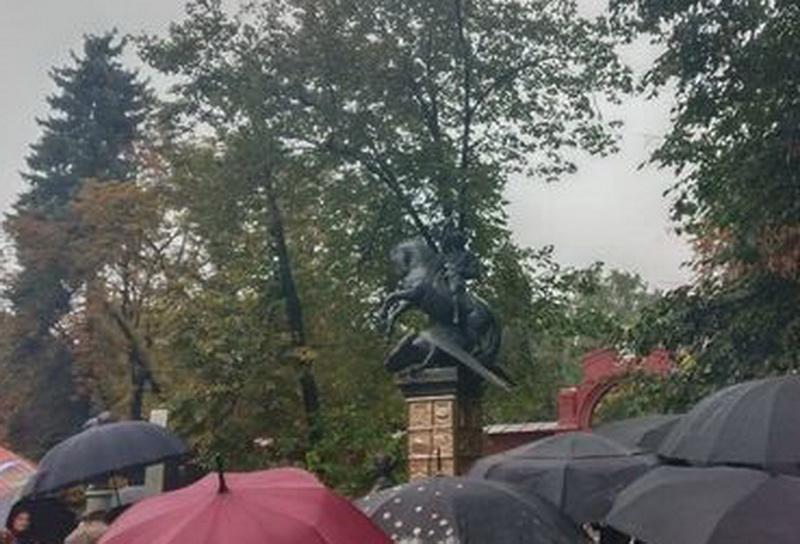 Памятник Лужкову