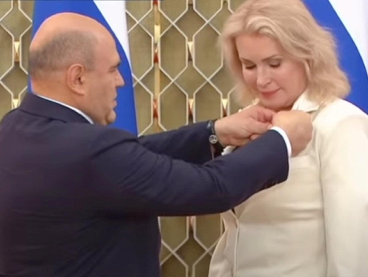 Мария Шукшина сразила гневной речью Мишустина, вручившего ей орден