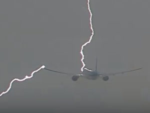 Молния ударила в самолет
