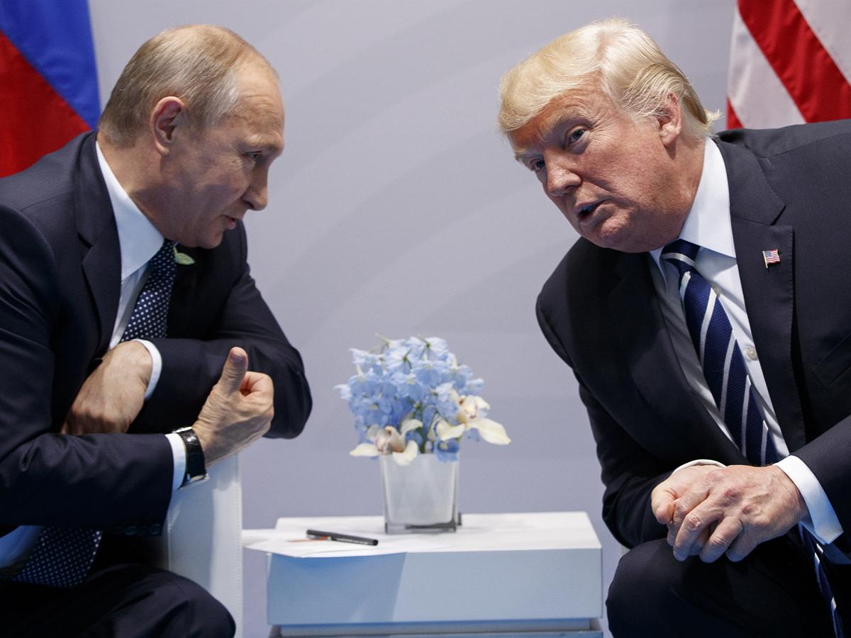 """Экс-секретарь Трампа заявила о попытке Путина отвлечь политика переводчицей с """"потрясающей фигурой"""""""
