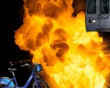 Электровелосипед, брошенный на рельсы в метро, взорвался при столкновении с поездом