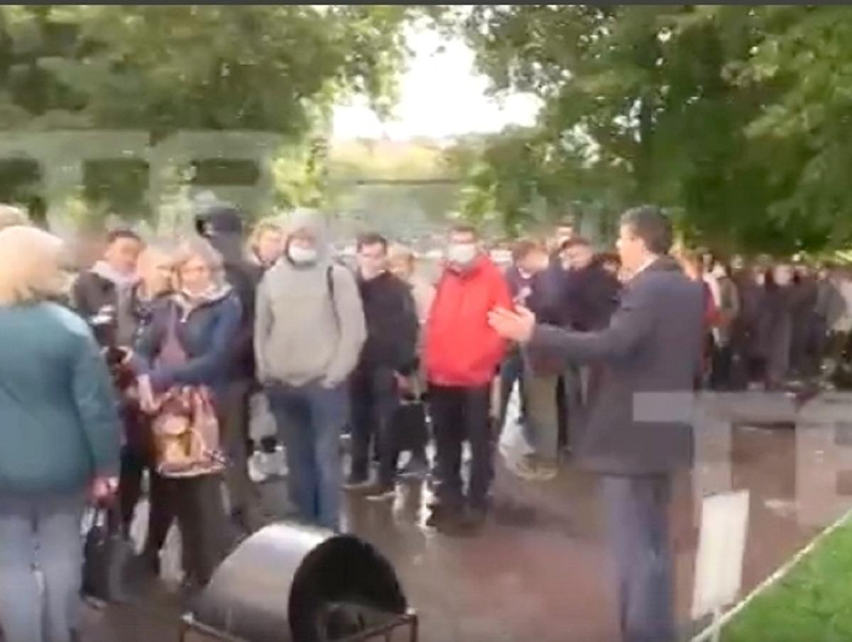«Никто не ушел»: в Сибири толпу избирателей попросили прийти голосовать в другой день