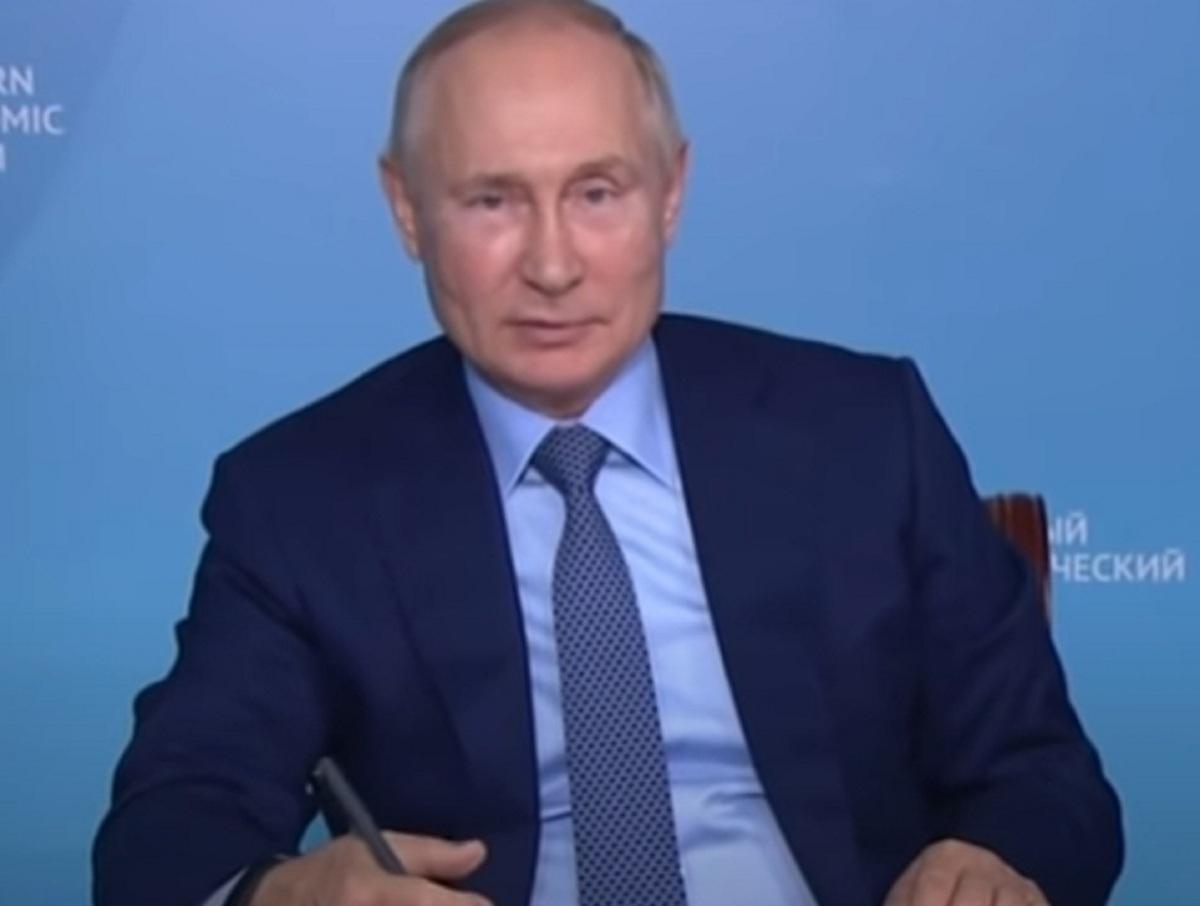 «Цокнул или чпокнул?»: СМИ гадают, что за странный звук издал Путин