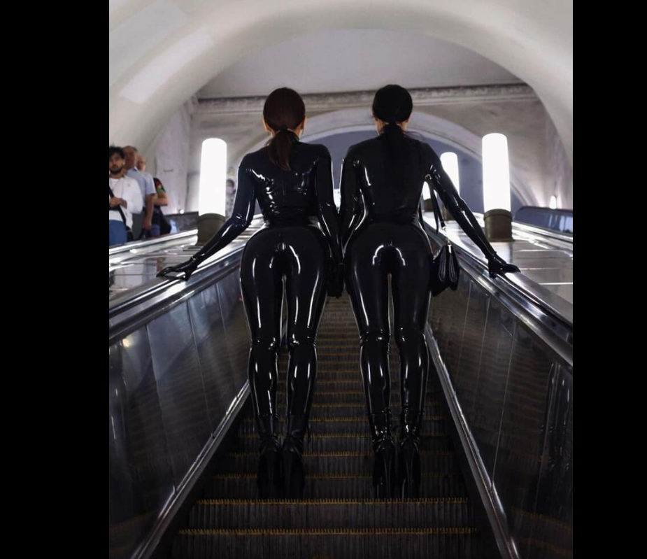 Женщины-кошки в метро