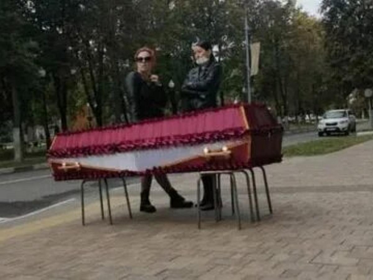 Жительница Подмосковья привезла гроб с телом сестры к мэрии Балашихи для получения разрешения на похороны
