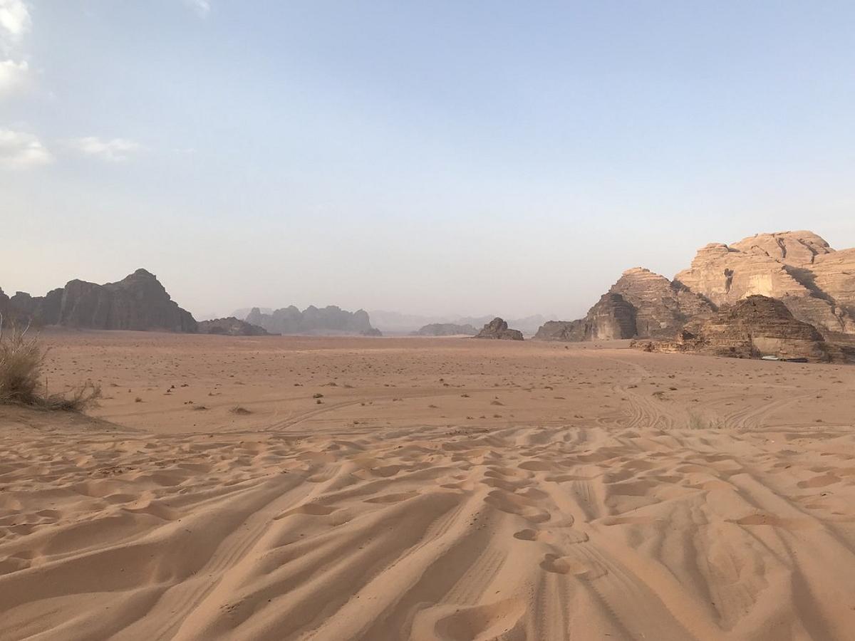 На картах Google Earth сигнал бедствия на песке южнее Иордании