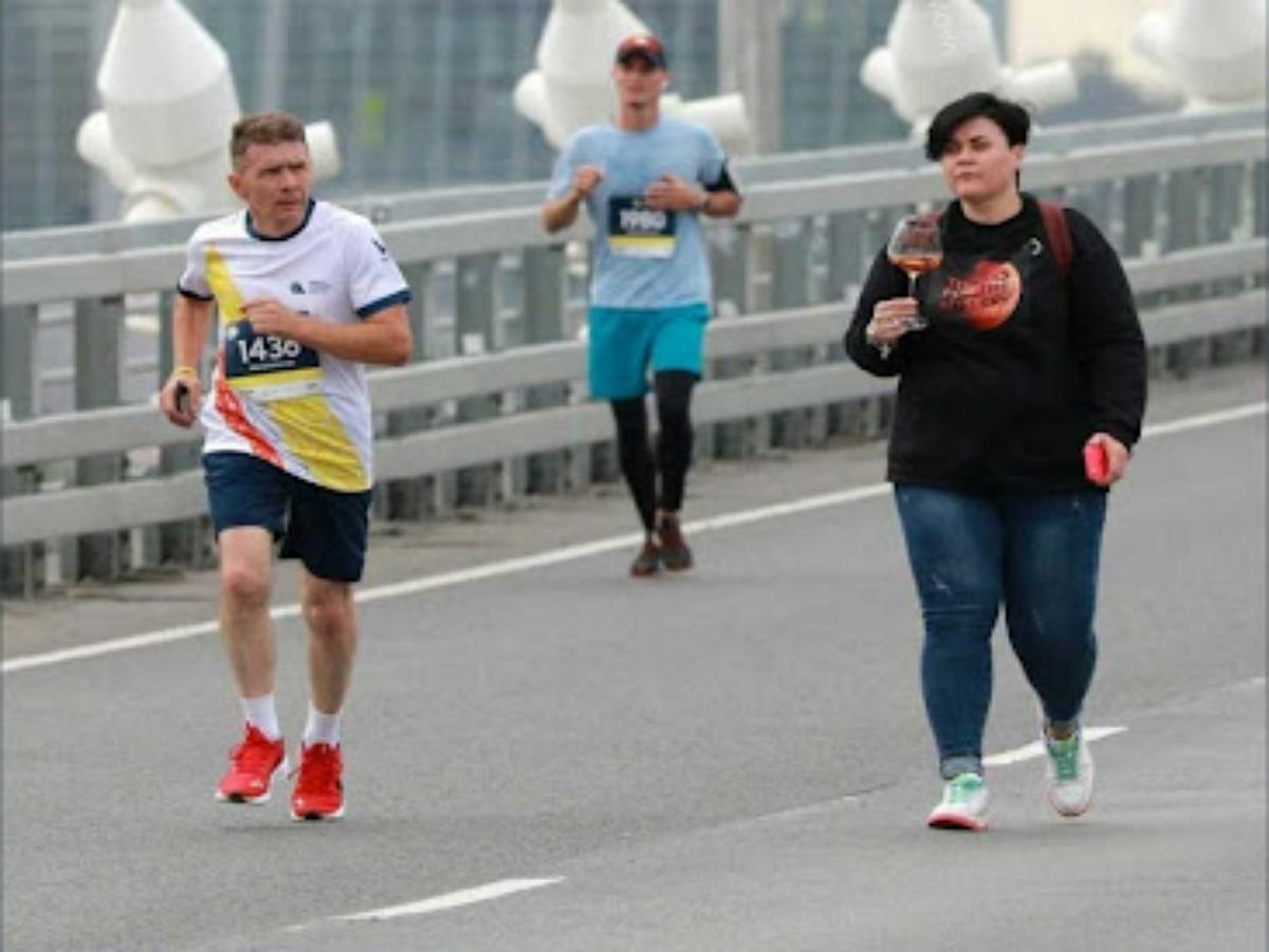 В крупнейшем марафоне Владивостока приняла участие женщина с огромным бокалом вина