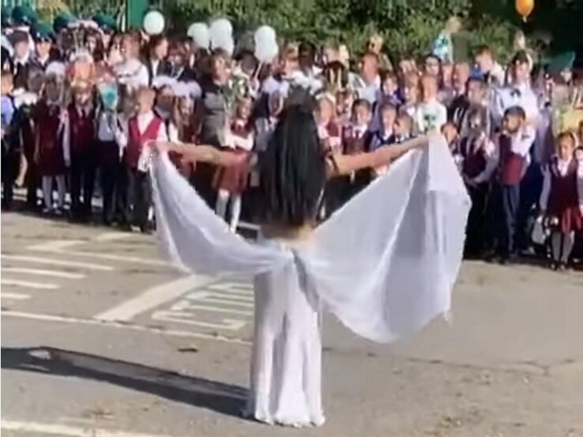 Директор школы в Хабаровске решила уволиться после танца учительницы на 1 сентября