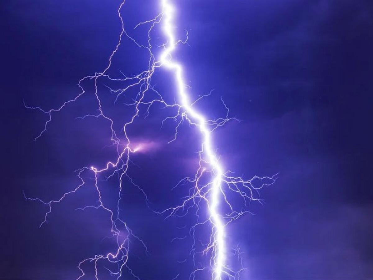 В Китае молния 12 раз ударила в одно и то же место