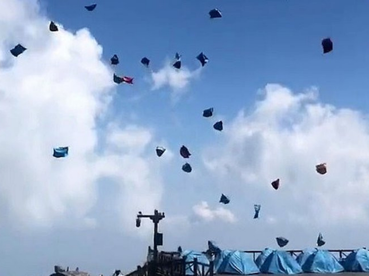 Стая палаток взлетела в небо над Китаем
