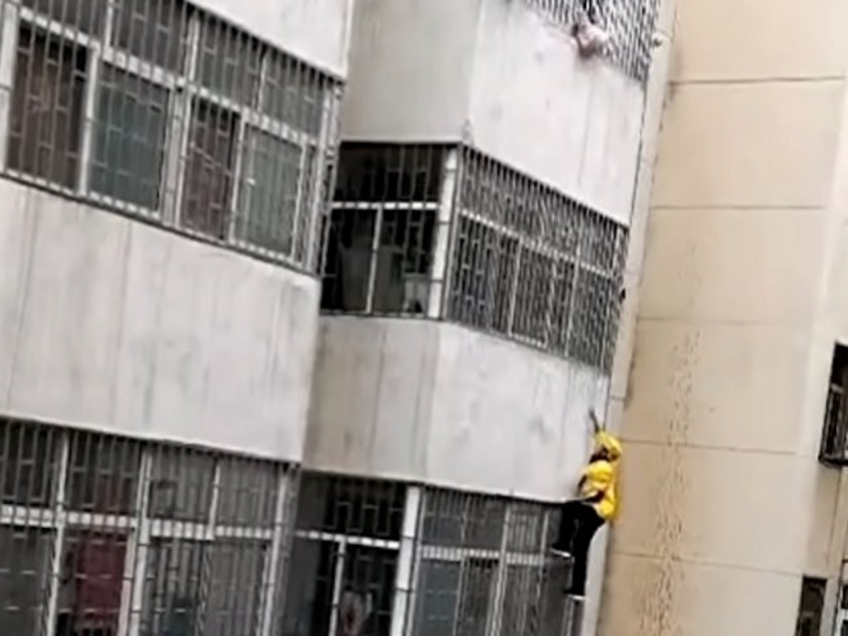 Курьер спас ребенка, забравшись на третий этаж без всякой страховки