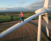 Велосипедист проехал по лопасти ветрогенератора на огромной высоте