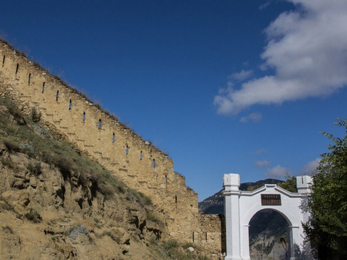 Стена Шамиля рухнула на глазах у туристов
