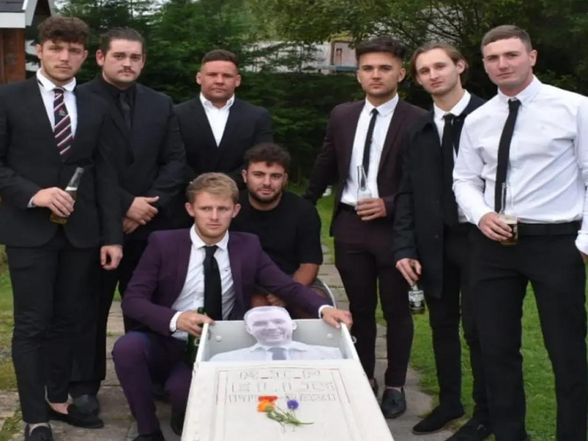 В Британии приятели устроили настоящие похороны своему другу, которого давно не видели