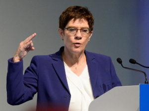ГлаваМинобороны Германии призвала НАТО проявить жесткость вотношениях сРоссией