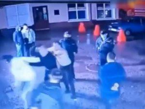 «То ли участвуют, то ли любуются»: в Башкирии толпа избила мужчину на глазах росгвардейцев