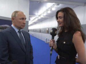 «Готовилась, словно на подиум»: телеведущую CNBC Гэмбл обвинили в попытке соблазна Путина