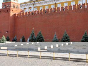 Ураганный ветер в Москве, сорвав строительные леса, сломал зубец со стены Кремля