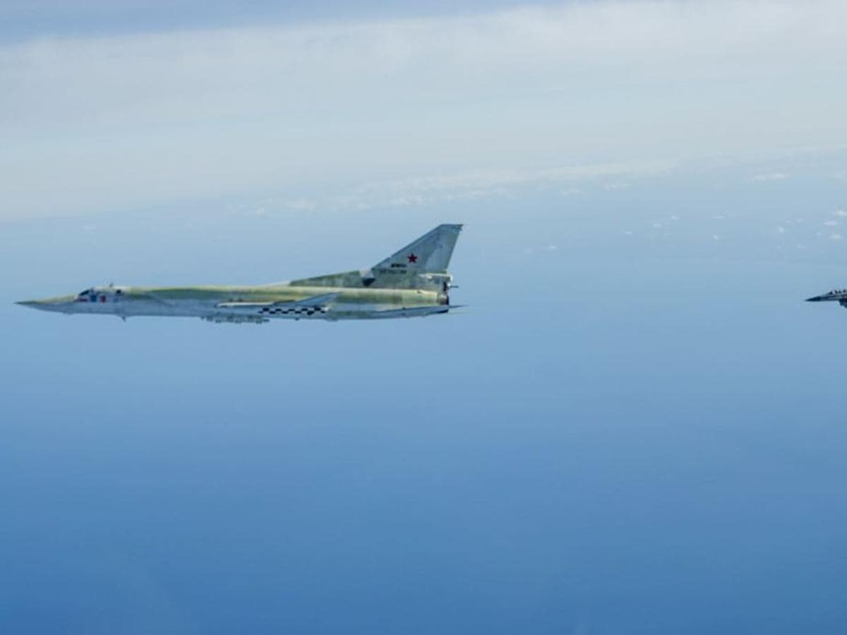 Истребитель НАТО преследует бомбардировщик
