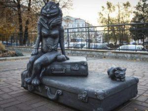 Жители Кургана не оценили статую кошки с рыбьей мордой и женской грудью