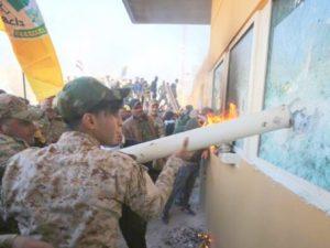 Толпа радикалов в Багдаде штурмовала американское посольство и военную базу