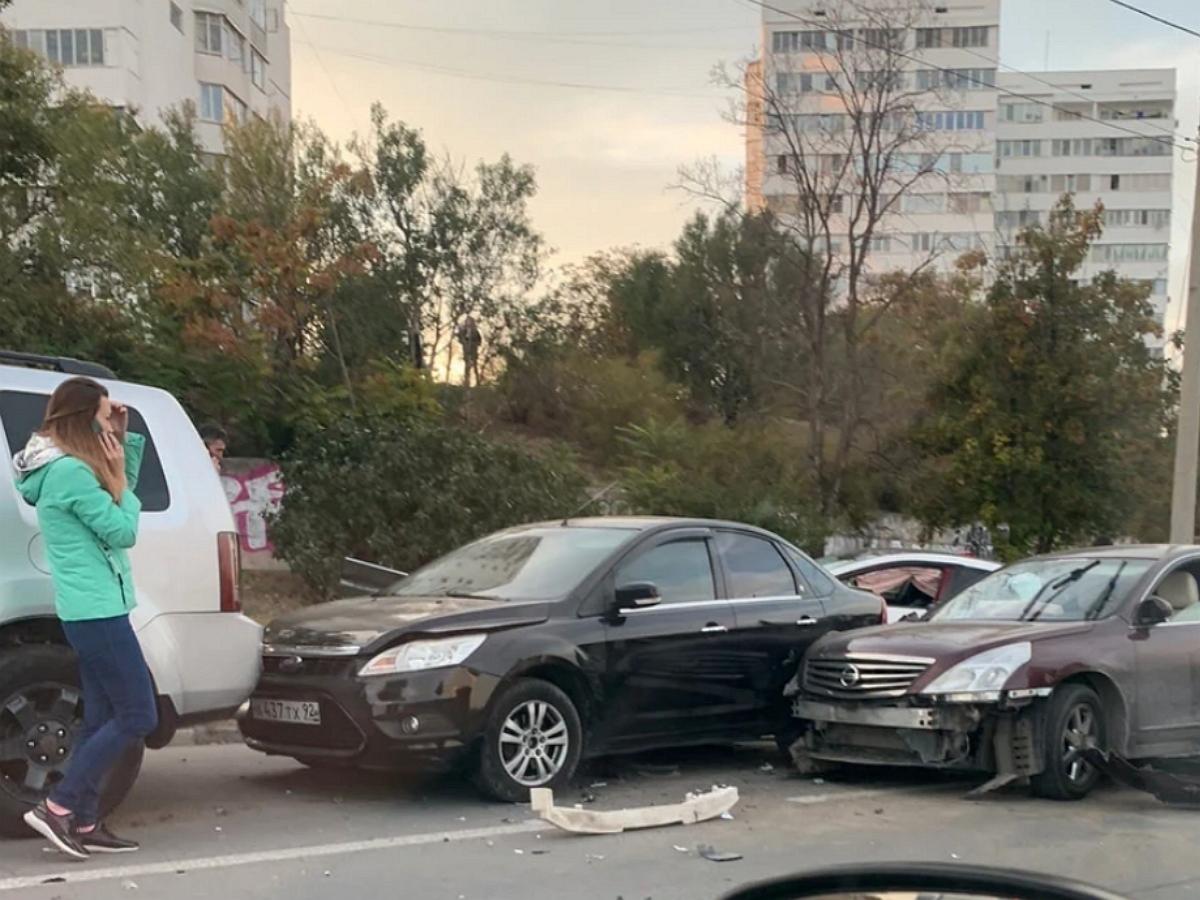 Девушка, протаранив минимум 6 машин в Севастополе, устроила странные танцы на дороге
