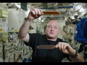 Американский астронавт показал космический пинг-понг водяными шариками