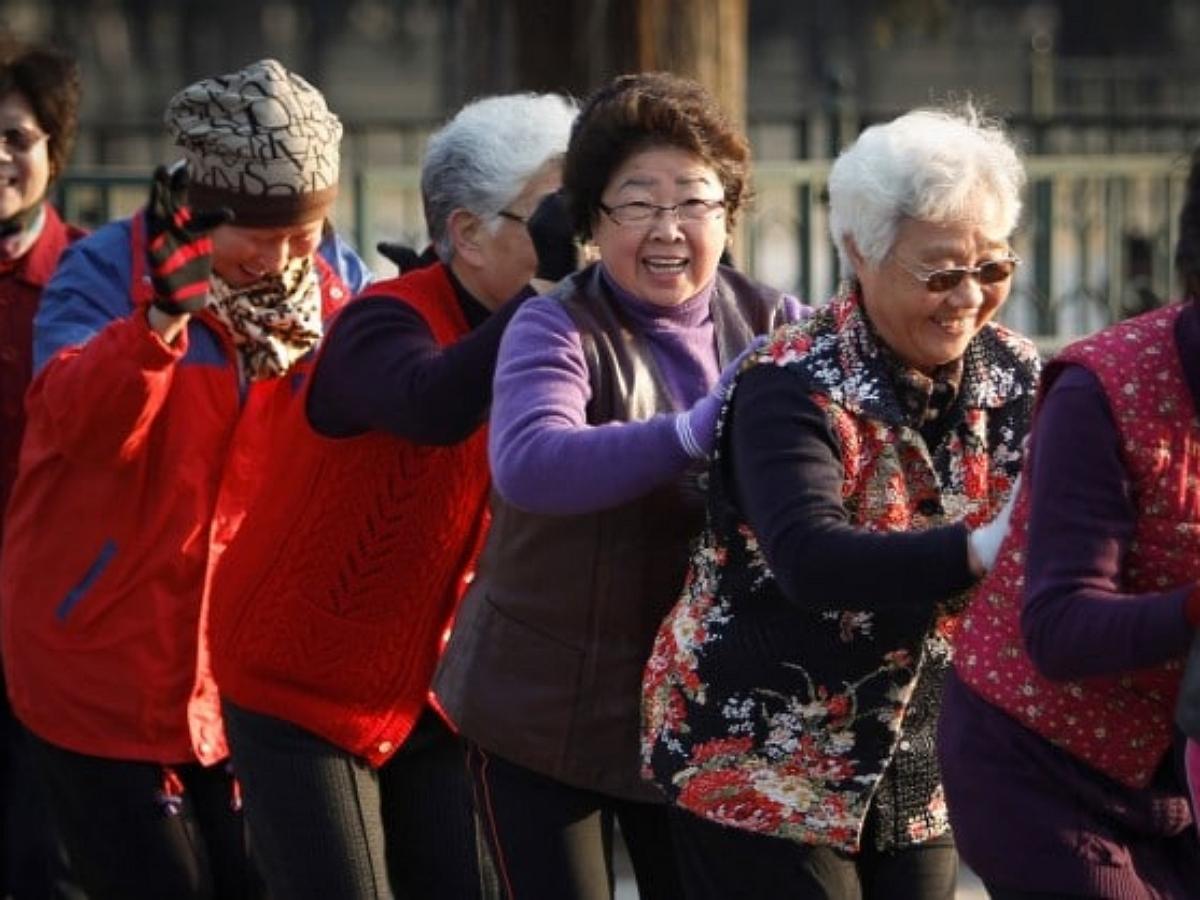 Китайских старушек, танцующих на площадях, разгоняют с помощью специальных пультов