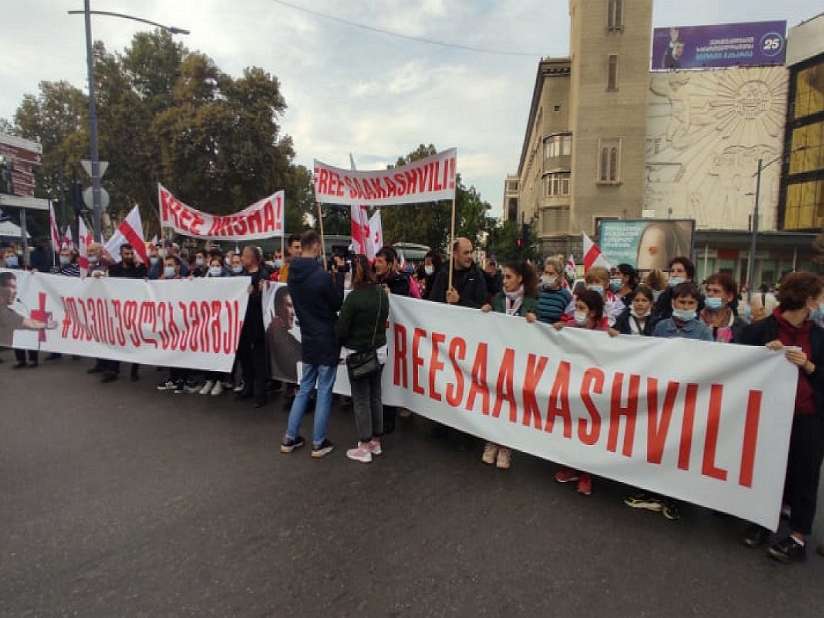 Многотысячная толпа сторонников Саакашвили вышла на митинг в Тбилиси