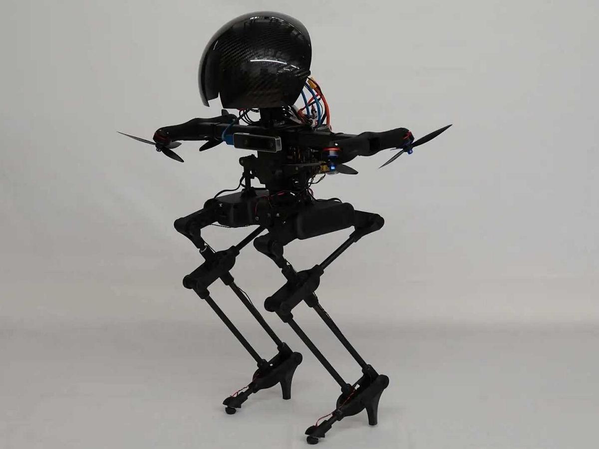 Робот Лео задорно рассекает на скейтборде