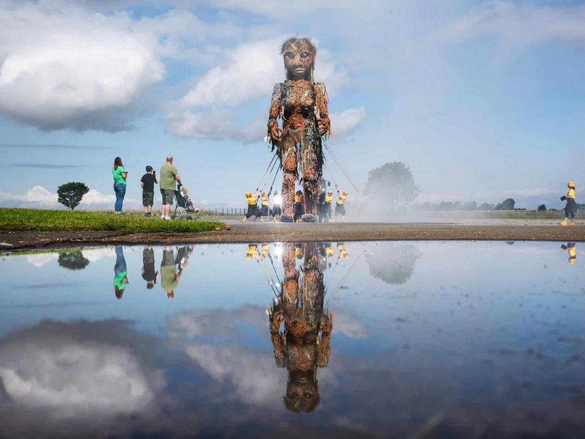 10-метровая марионетка ходит по городам Шотландии