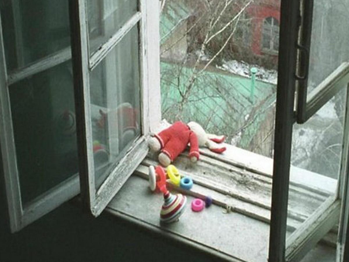 В Москве женщина с детьми выпала с 19 этажа