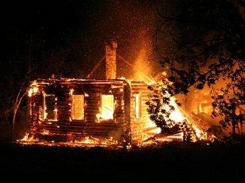 При пожаре в частном доме в Тюменской области погибли четверо детей